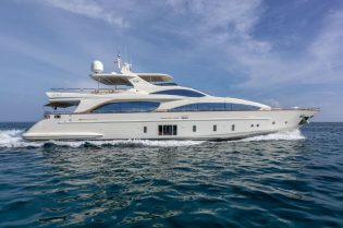 Azimut Grande 105 Yacht For Sale $5,490,000 #beverlyhills #beverlyhillsmagazine #bevhillsmag #yacht #megayachts #travel #luxury #lifestyle