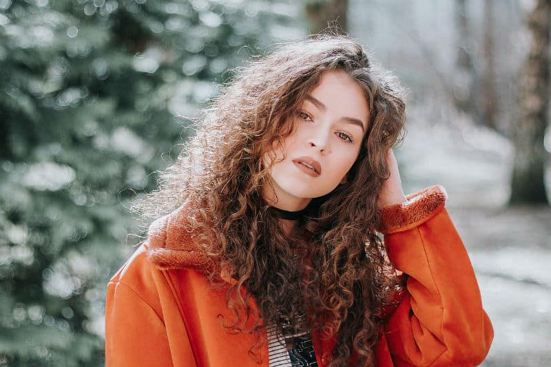 How to Style Curly Hair? 18 Life-Changing Hacks for Frizz-Free Curls #beauty #curlyhair #hair #truebeauty #beautyproducts #beverlyhills #beverlyhillsmagazine #bevhillsmag