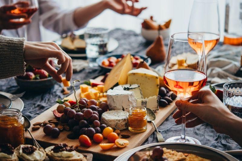 6 Tips On How To Pair Food With Your Favorite Wine: #beverlyhills #beverlyhillsmagazine #bevhillsmag #food #wine #foodandwinepairing #winedrinking #pairingmethods