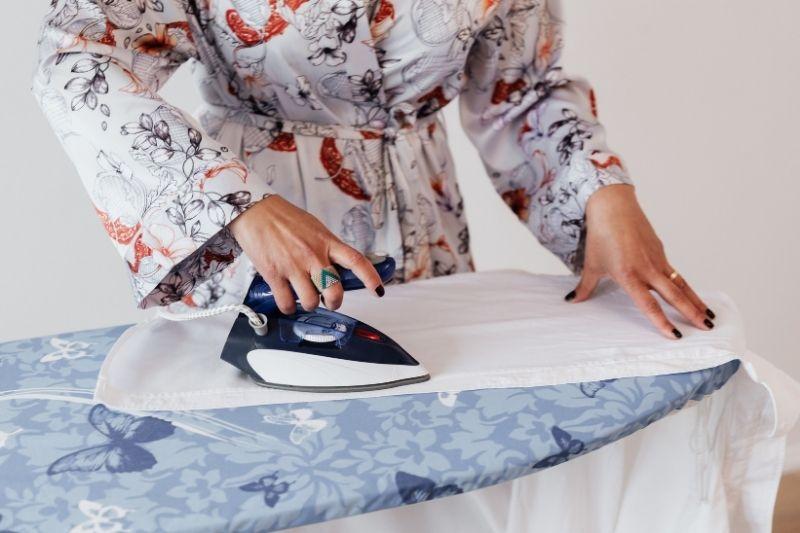7 Common Mistakes When Ironing Clothes #beverlyhills #beverlyhillsmagazine #bevhillsmag #ironing #ironingclothes #ironingpro #ironingboard