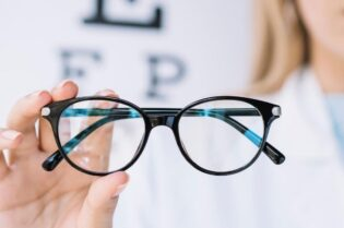 8 Qualities of Good Eyeglasses #beverlyhills #beverlyhillsmagazine #eyeglasses #visioncorrection #weareyeglasses #lenses #bluelighttest #eyeglassframe #eyes