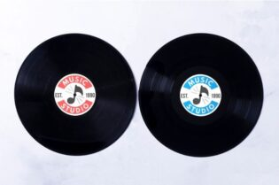 Difference Between Vinyl Records & Digital Music #beverlyhills #beverlyhillsmagazine #downloadmusic #streammusic #vinylsounds #buyarecord #digitalmusic #vinylrecords #musicstore