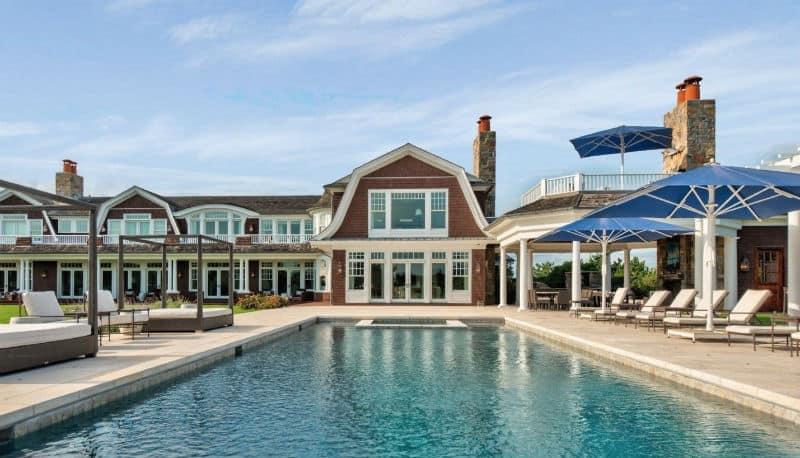 Hamptons Luxury Home in Quogue, New York #beverlyhills #beverlyhillsmagazine #luxury #realestate #homesforsale #hamptons #newyork #beachside #realestate #dreamhomes #beverlyhills #bevhillsmag #beverlyhillsmagazine