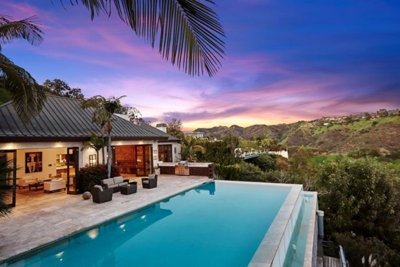 Stunning Modern Oasis in Beverly Hills:#beverlyhillsmagazine #beverlyhills #bevhillsmag #modernoasis #beverlyhillshome #buyahome #househunting #dreamhome #luxury #luxuryhome #mansions