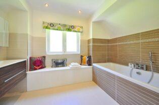 Top 6 Celebrity Bathroom Styles #beverlyhills #beverlyhillsmagazine #celebrity #bathroom #lavishbathroom #beautifulbathroom #musicians #famousactors #peacefulbathroom #bathroomdesign #breathtakingbathrooms