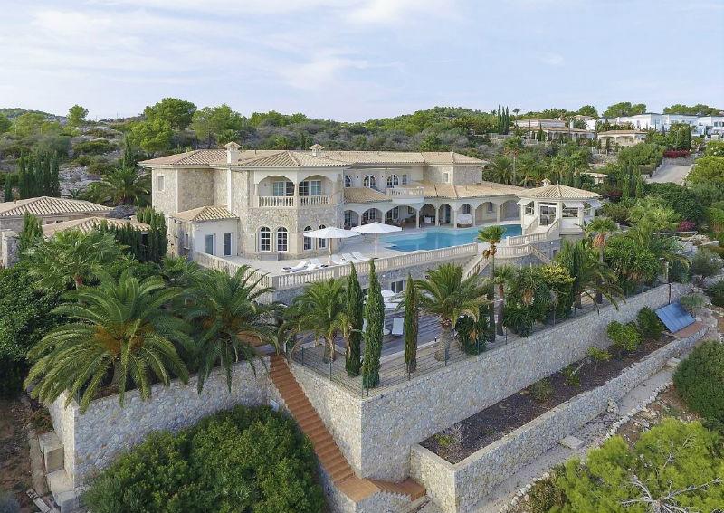 A Seaside Luxury Home on Mallorca, #Spain #Island #dreamhomes #luxury #realestate #homesforsale #beautiful #dreamhome #mallorca #spain #realestate #dreamhomes #beverlyhills #BevHillsMag #beverlyhillsmagazine