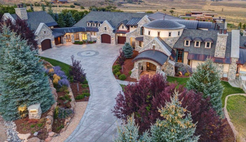 A Grand #Mansion in the #Mountains of Park City, Utah #USA #parkcity #utah #dreamhomes #parkcityutah #realestate #homesforsale #skilife #beverlyhills #beverlyhillsmagazine #luxury #exclusive #luxurylifestyle #beautiful #life #beverlyhills #BevHillsMag