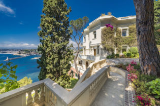 Sean Connery's South of France Villa #luxury #realestate #homesforsale #celebrity #celebrityhomes #celebrityrealestate #dreamhomes #bevhillsmag #beverlyhills #beverlyhillsmagazine #seanconnery