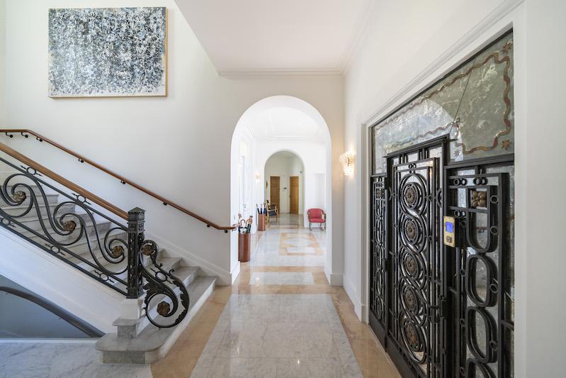 Sean Connery's South of France Villa #luxury #realestate #homesforsale #celebrity #celebrityhomes #celebrityrealestate #dreamhomes #bevhillsmag #beverlyhills #beverlyhillsmagazine #seanconnery