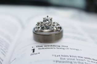 Tips To Buy A Custom Engagement Ring #weddingproposal #engagement #engagementring #rings #jewelry #shopping #shop #jewels #love #bevhillsmag #beverlyhills #beverlyhillsmagazine