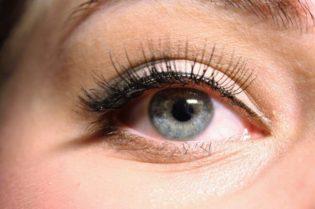 Beauty Tips For Wearing False Eyelashes 3eyelashes #beauty #makeup #bevhillsmag #beverlyhills #beverlyhillsmagazine