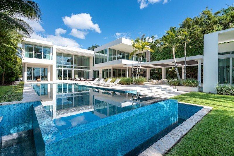 A Waterfront Home in Miami Beach #luxury #realestate #homesforsale #dreamhomes #beverlyhills #bevhillsmag #beverlyhillsmagazine