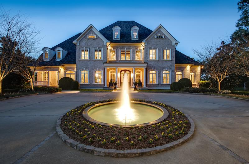 Kelly Clarkson's Lakeside Retreat #kellyclarkson #luxury #realestate #homesforsale #celebrity #celebrityhomes #celebrityrealestate #dreamhomes #beverlyhills #bevhillsmag #beverlyhillsmagazine