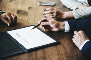 3 Tips To Manage Divorce With Experienced Lawyers #divorce #bevhillsmag #beverlyhillsmagazine #lawyers
